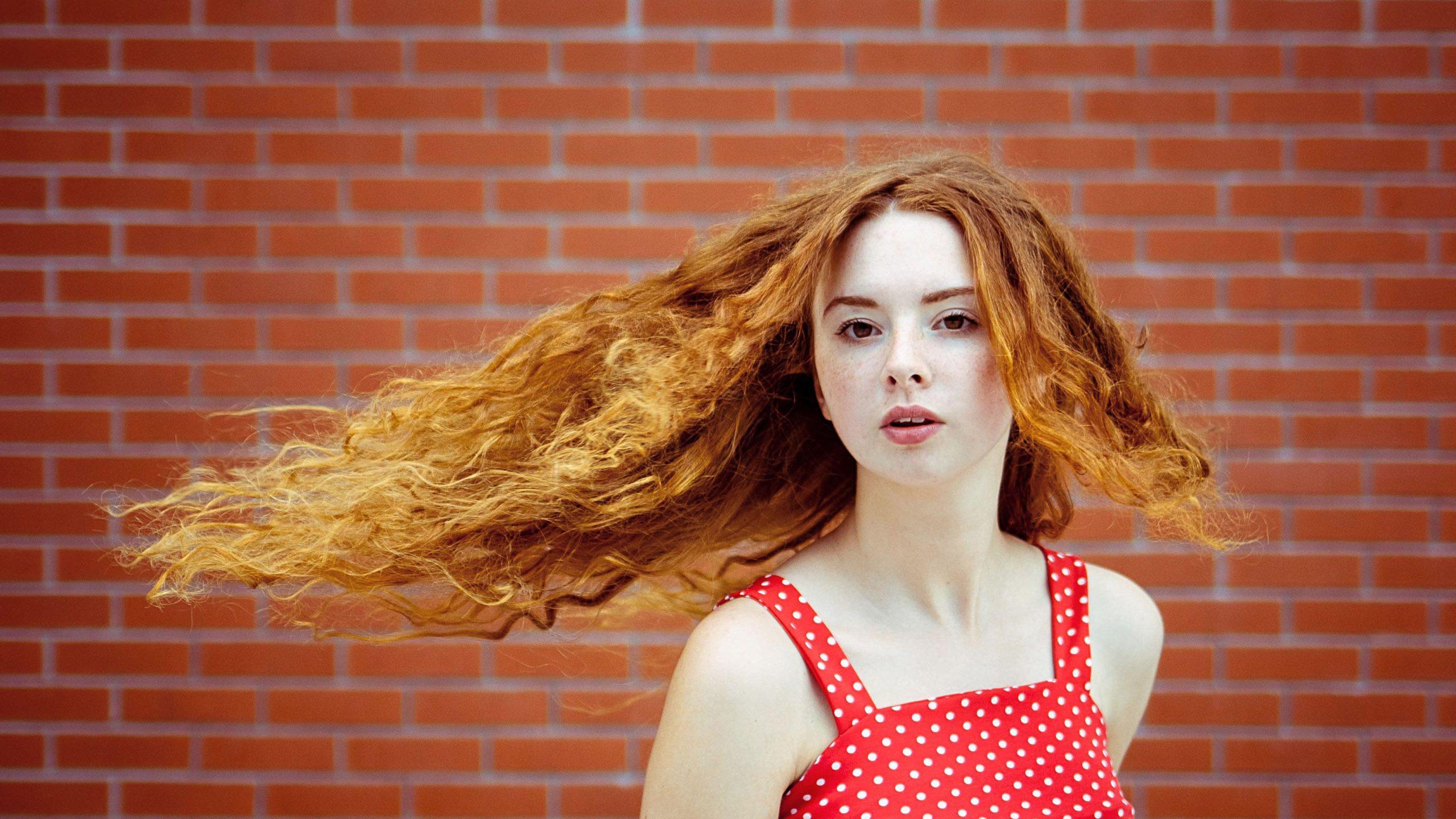 ženské pózy na fotenie vlasy