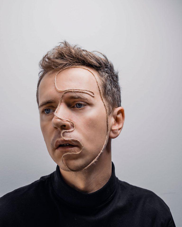 kreatívny autoportrét so špagátom Peter Plichta