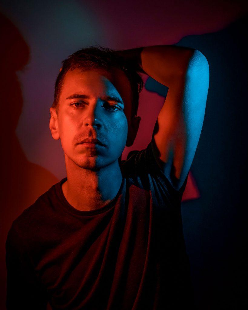 Nápad selfie autoportrét - Peter Plichta farebné svetlo 2