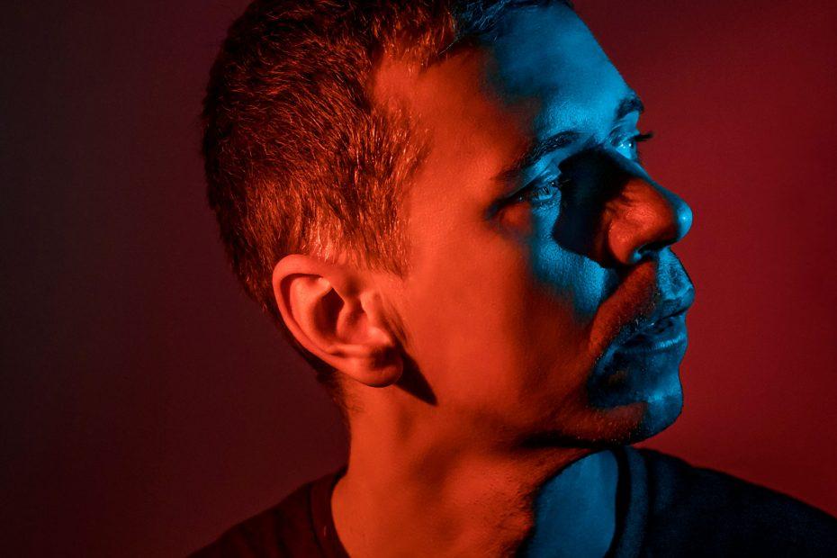 Nápad selfie autoportrét - Peter Plichta farebné svetlo