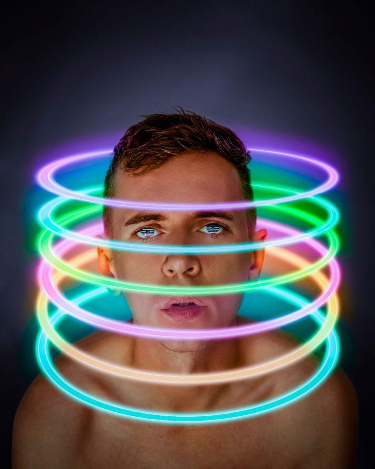 Nápad selfie autoportrét - Peter Plichta neónové svetlo