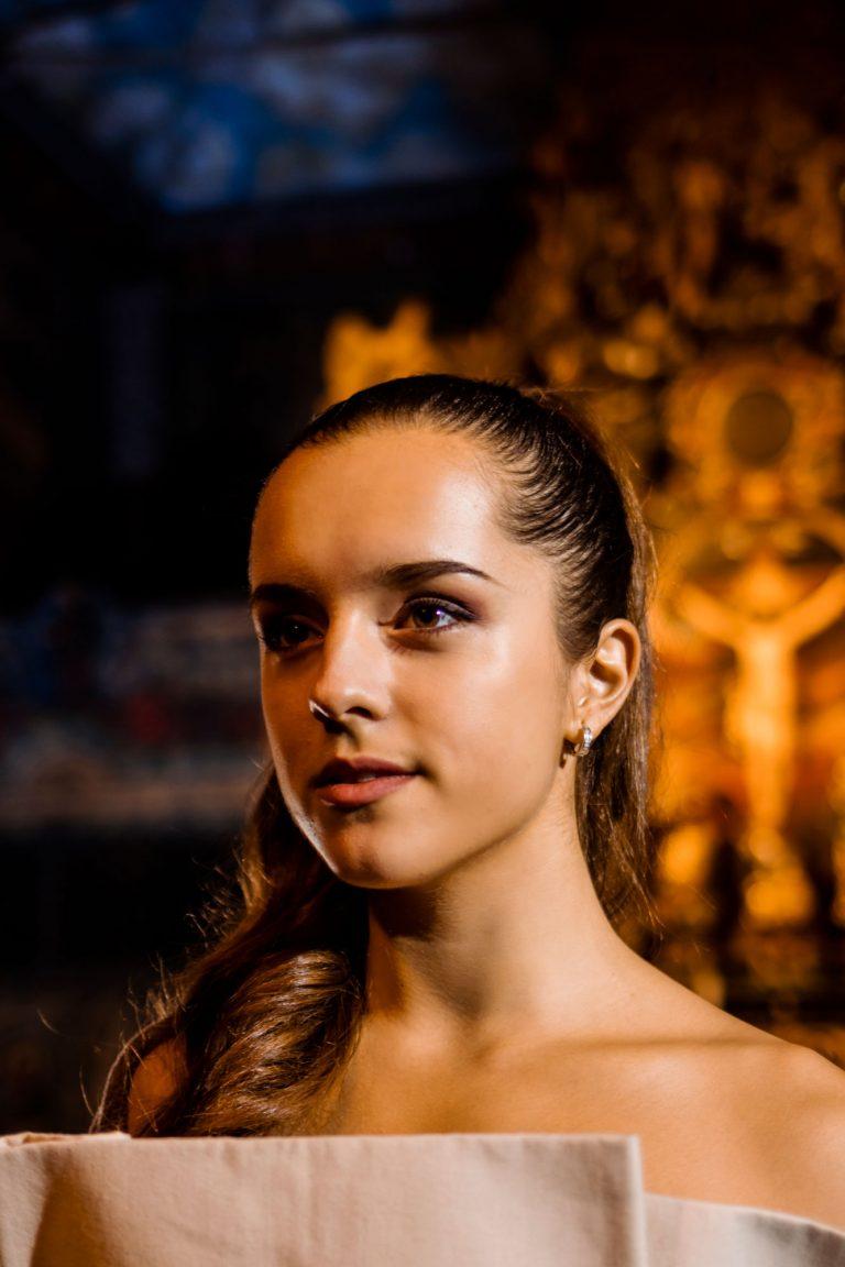 Ester Víznerová ako Chloe, Bytosť